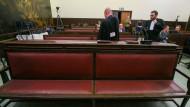 Die Anwälte des mutmaßlichen Paris-Attentäters Salah Abdeslam Ende Februar im Gerichtssaal in Brüssel
