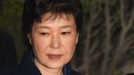 Die entmachtete koreanische Präsidentin Park Geun Hye verlässt nach einer Anhörung das Gericht in Seoul.