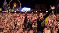 """Fans während des Auftritts der amerikanischen Band """"30 Seconds to Mars""""."""