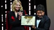 """Für das Drama """"Shoplifters"""" zeichnet Jurypräsidentin Cate Blanchett den japanischen Regisseur Kore-Eda Hirokazu mit der Goldenen Palme aus."""