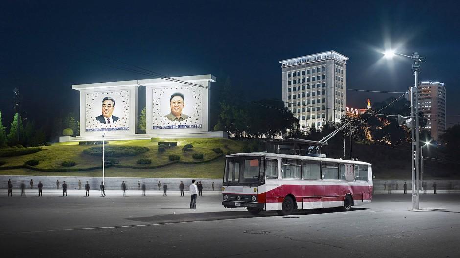 """Eddo Hartmann reiste zwischen 2014 und 2017 vier Mal nach Nordkorea um für seine Serie """"Setting the Stage"""" zu fotografieren: Oberleitungsbus, Somun Street, Pyongyang, Nordkorea, 2015. Die Arbeit wird in der Deutsche Börse Photography Foundation gezeigt."""