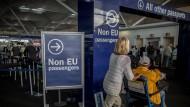 Bald geht es für die Briten durch einen anderen Durchgang bei der Passkontrolle.