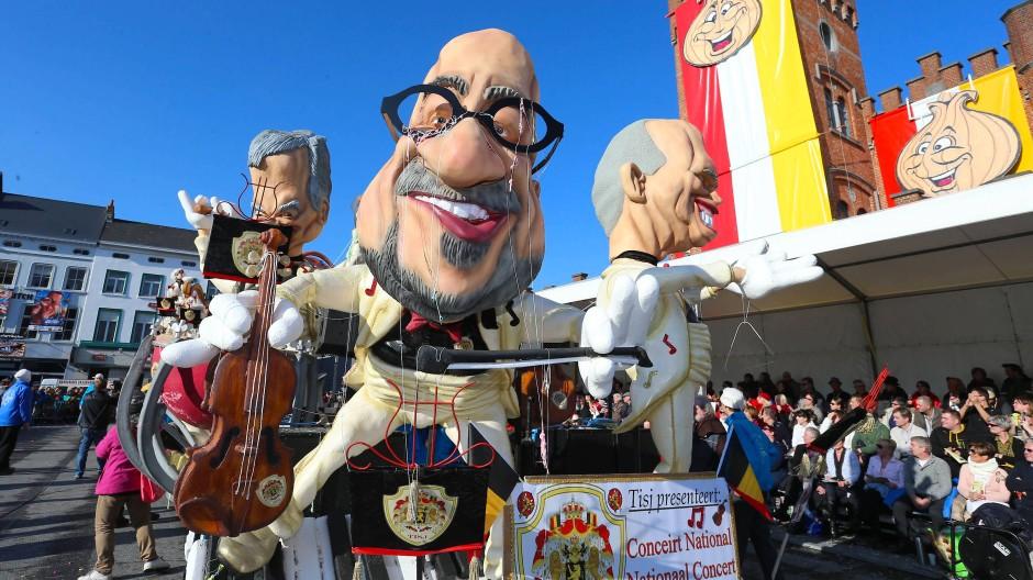 Einigermaßen harmlos: Der belgische Premierminister Charles Michel spielt auf der nationalen Geige.