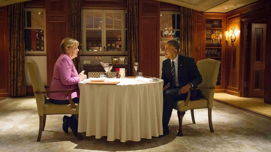 Als man sich noch näher war: Angela Merkel und Barack Obama beim Diner im Berliner Adlon Hotel