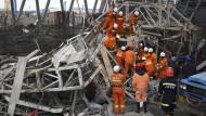 Rettungskräfte suchen in den Trümmern nach Überlebenden