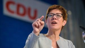 Kramp-Karrenbauer plädiert für härteren Umgang mit Flüchtlingen