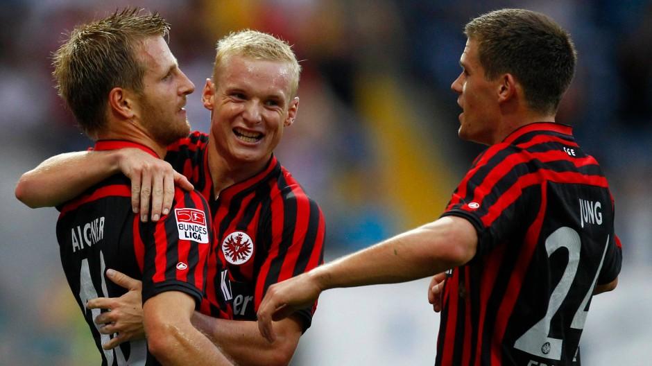 Es wird noch besser: Torschütze Aigner (l.), Rode (m.) und Jung freuen sich über Frankfurts Ausgleich
