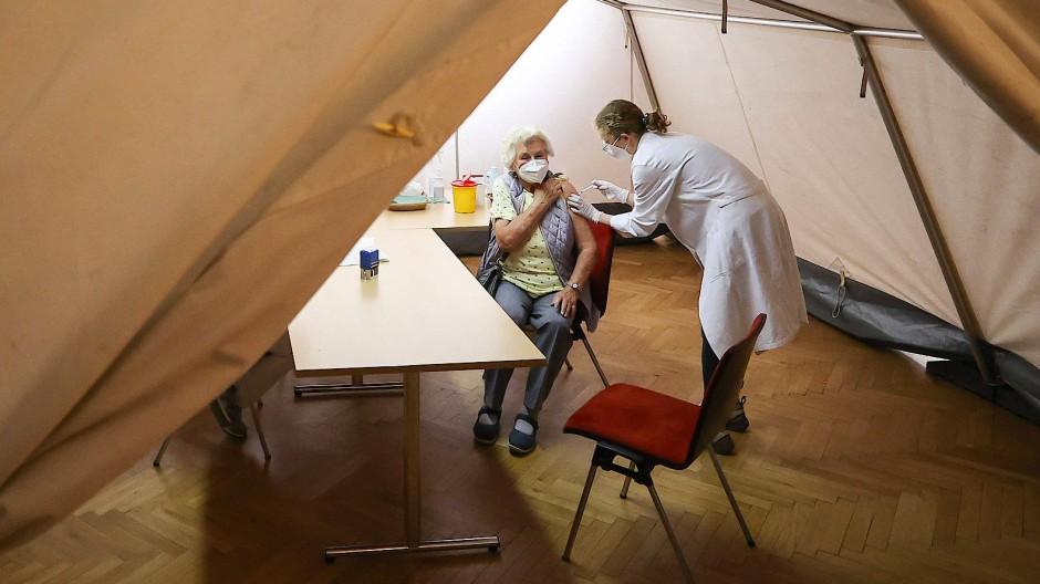 Geimpft wird (fast) überall: Impfzentrum in Markkleeberg in Sachsen in einem Zelt im Saal des Rathauses
