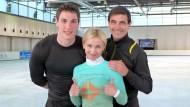 Dreifache Kombination: Trainer Ingo Steuer (r) mit Aljona Savchenko und deren neuem Partner Bruno Massot (l) aus Frankreich