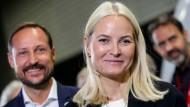 Hohe Erwartungen im Gepäck: Norwegens Kronprinzessin Mette-Marit und ihr Mann Haakon reisten mit dem Zug nach Frankfurt.
