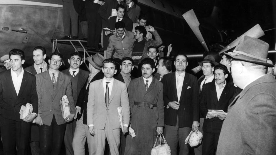Diese Männer kamen 1961 in Düsseldorf an und waren die ersten von 400 Bergleuten, die sich für ein Jahr Arbeit in Deutschland verpflichtet haben.