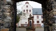Blickfang: Das Wappen am Schloss in Ober-Mörlen.