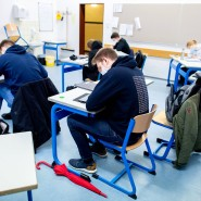 Ausnahmen für Abschlussklassen: Schüler eines geteilten Kurses der Oberstufe sitzen in einem Klassenraum der Graf-Anton-Günther-Schule in Oldenburg