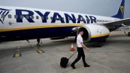 Werden seine deutschen Kollegen für den Streik stimmen: Ryanair-Pilot auf dem Flughafen Stansted bei London