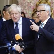 Boris Johnson (Mitte), Premierminister von Großbritannien, und Jean-Claude Juncker (rechts), EU-Kommissionspräsident, im Gespräch mit Journalisten