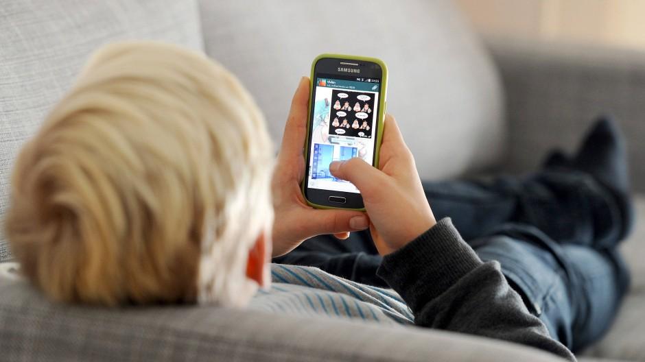 """Kind mit Handy: """"Nicht in Alarmismus verfallen."""""""