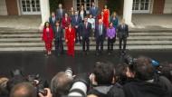 Die neue spanische Regierung nach ihrer ersten Kabinettssitzung in Madrid.