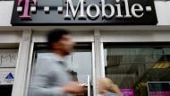 Kunden passieren eine Filiale von T-Mobile US in New York (Archivbild).