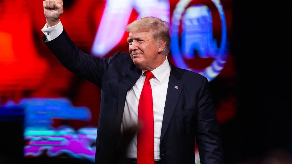 Vergangenen Juli steht Trump nach einer Rede bei einem Konservativen-Treffen auf der Bühne.