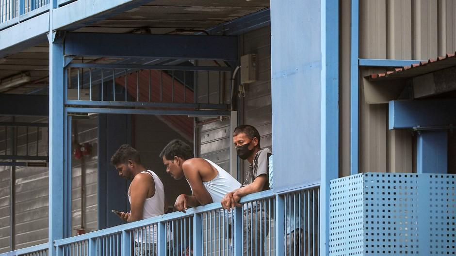 Mehr als 200.000 Gastarbeiter der Millionärsmetropole, tätig allein nur im Baugewerbe, leben in Massenunterkünften, den Dormitories.