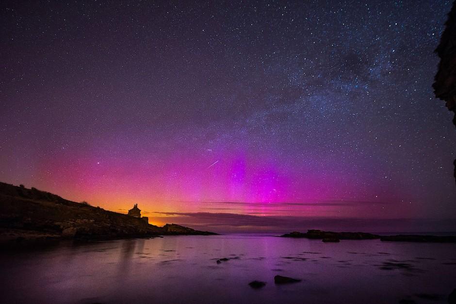 Auch in Großbritannien können manchmal Nordlichter bewundert werden. Rotes Licht stammt hauptsächlich aus höheren, dünneren Atmosphärenschichten.