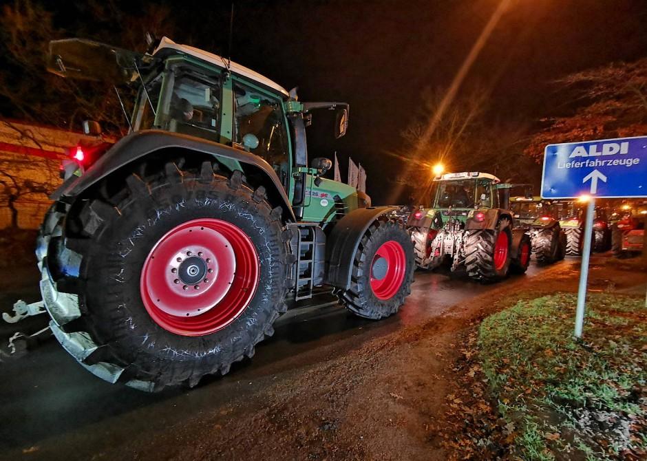 Traktoren blockieren in Hesel in Niedersachsen die Zufahrt zu einem Discounter.