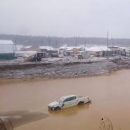 Schtschetinkino, Sibirien: Blick auf ein überflutetes Gebiet mit überschwemmten Auto
