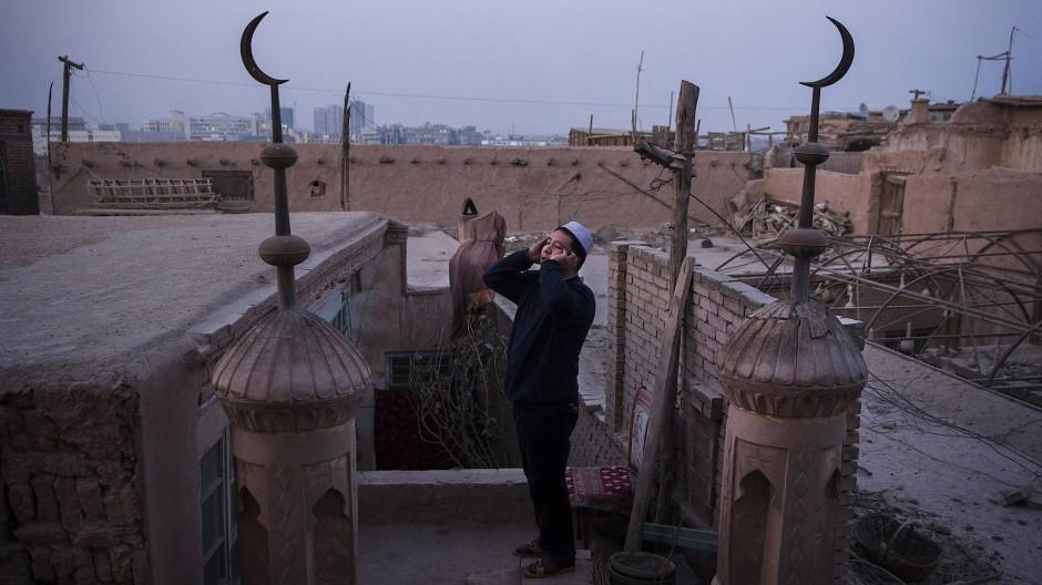 Ein Muezzin ruft im Jahr 2015 in Kashgar zum Gebet.