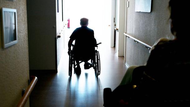 Wenn Altenpfleger in Mülltüten arbeiten müssen