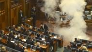 Rauchbomben im Parlament von Pristina