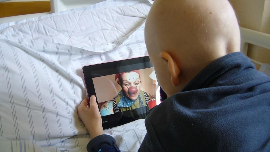 """Ein Junge, der an Leukämie erkrankt ist, wird in der Quarantäne digital von den """"Klinik-Clowns"""" bespaßt."""