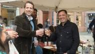 Getrennt wahlkämpfen, vereint trinken: der parteilose Nino Haase (links) und Martin Malcherek (Die Linke)