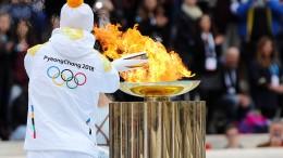Griechen übergeben Olympisches Feuer an Südkorea