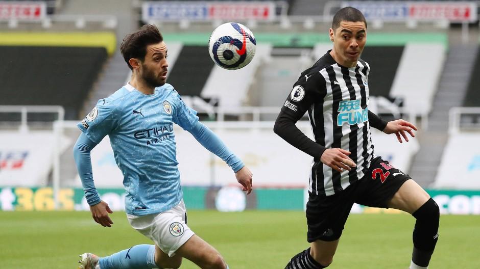 Bernardo Silva (links) von Manchester City im Zweikampf mit Newcastles United Miguel Almiron Pool
