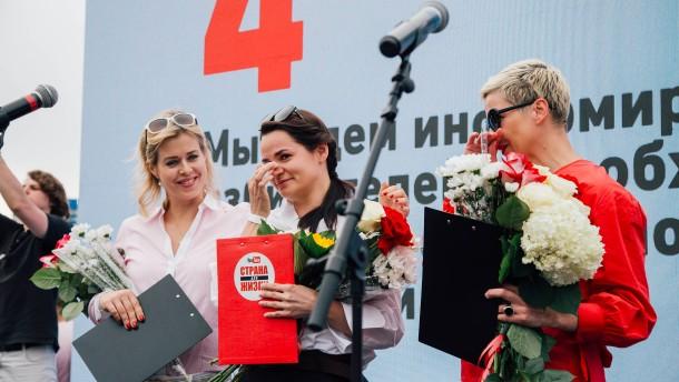 Eine Frau fordert Lukaschenka heraus
