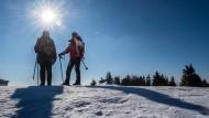 Am Wochenende können die Temperaturen nachts auf bis zu minus 20 Grad sinken. Tagsüber bleibt es kalt, aber sonnig – wie hier auf dem Feldberg im Taunus.