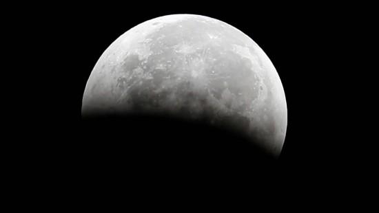 Mehr Wasser auf dem Mond