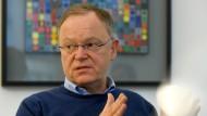 Fordert eine Reform der SPD: Stephan Weil, niedersächsischer Ministerpräsident und Landesvorsitzender der SPD Niedersachsen,  in seinem Dienstzimmer in der Staatskanzlei in Hannover (Archivbild).