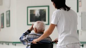 Wer Pfleger wird, soll in Deutschland bleiben dürfen