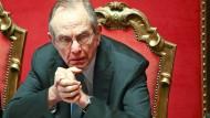Die Hände fest zusammen gedrückt, als würde er darüber beten: Italiens Finanzminister Carlo Padoan blickt der Bankenrettung zuversichtlich entgegen.
