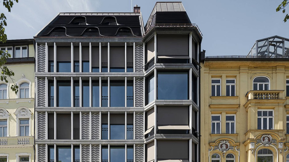 Nach vorne fügt sich das Haus mit seiner Fassade in die Reihe denkmalgeschützter Altbauten ein.