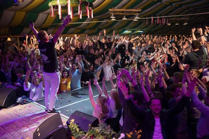 Mallorca Party In Der Kleinstadt Jugend Feiert Im Festzelt