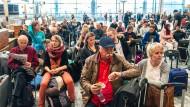 Passagiere garten am Flughafen auf ihren Abflug.
