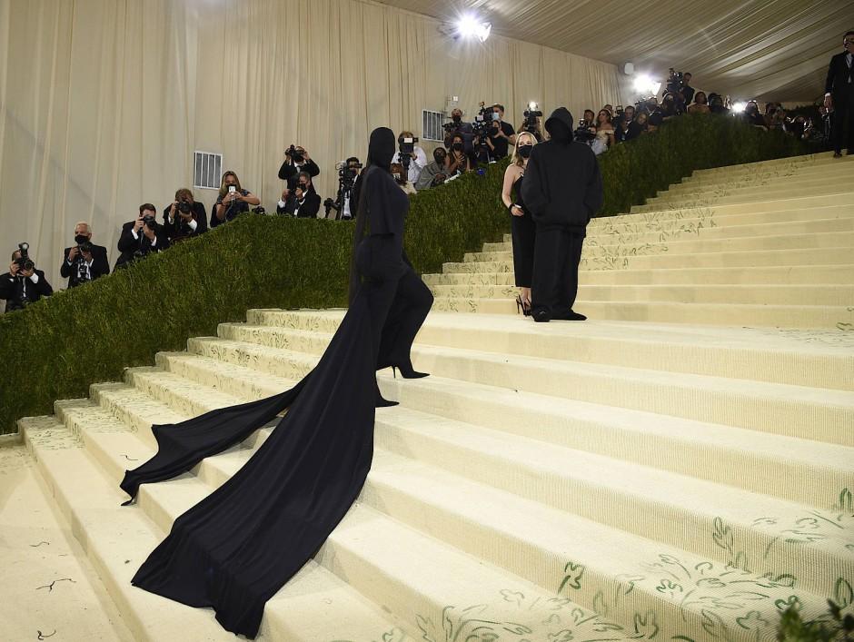 Kim Kardashian und der Designer Demna Gvasalia auf der Met Gala 2021.