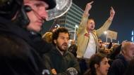 Demonstranten versammelten sich am Wahlabend schnell vor dem Berliner Gebäude, in dem die AfD ihre Wahlparty feierte.