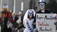 Bunte Proteste gegen Bayer-Monsanto-Fusion