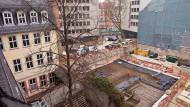 Platz zum Wachsen: Blick über die Gärten hinter dem Goethehaus hinab in die Baugrube des Romantikmuseums am Großen Hirschgraben.