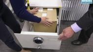 Geheime Regierungsdokumente werden im Büro des australischen Senders ABC in einen Safe untergebracht.