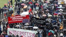 Berliner protestieren gegen hohe Mieten