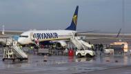 Eine Ryanair-Maschine auf dem Rollfeld des Flughafens Hahn (Archivbild).